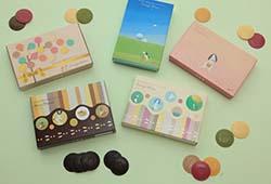 パッケージには、絵本『地雷ではなく花をください』の絵を用いています。カラフル・マンスは4つのパッケージからお選びいただけます(左上から、ゴールド、ブルー、ピンク、ストライプ)
