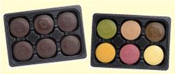 甘さをひかえた大人の味わい『マンス・ショコラ』(左)と、6つの味(ラズベリー、メープル、紅茶、マンゴー、パッションフルーツ、抹茶)が楽しめる『カラフル・マンス』(右)の2種類