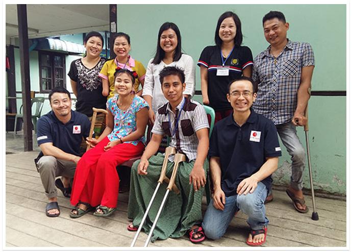 ミャンマー事務所の職員、駐在員とカイン・カイン・ミン(後列中央)。職業訓練校の講師は全員障がい当事者です