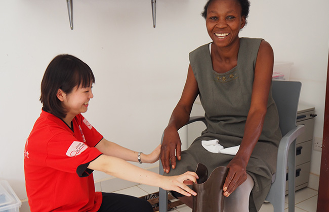 はじめて義足をつけた地雷被害者の女性(ウガンダ)