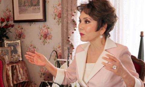 デヴィ夫人がインタビューアーに向かって話している