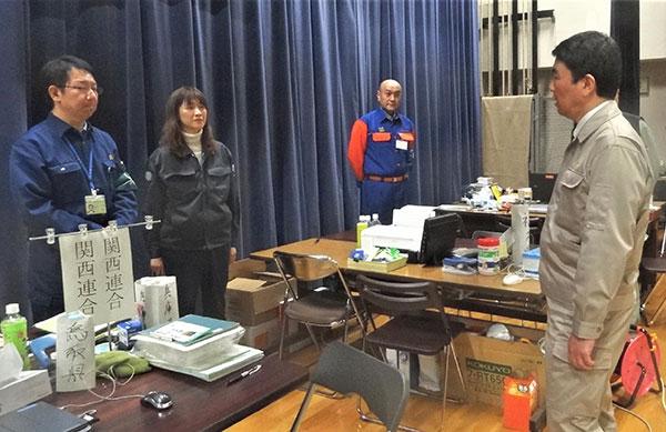 避難所の事務作業スペース付近で村井知事と対面する橋本さんたち
