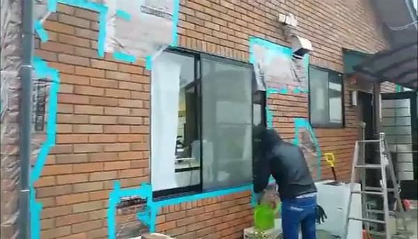 施設の外壁には亀裂が入り、テープなどでとめて一時しのぎをしている