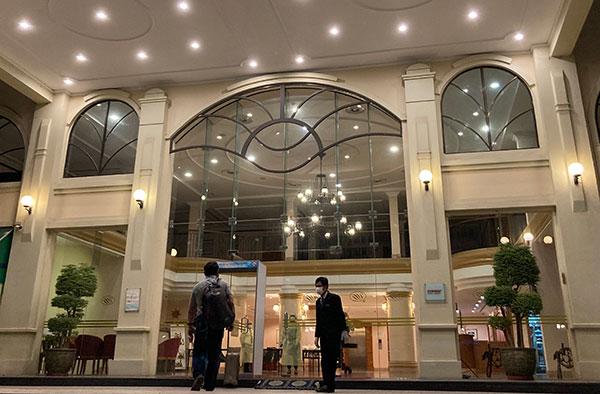 全体にホワイトを貴重としたホテル エントランスは広く、お洒落な照明なども設置されている