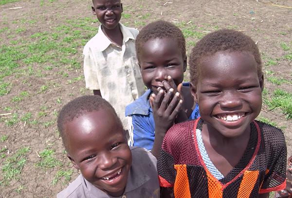 子どもたち4人が無邪気な笑顔を見せている
