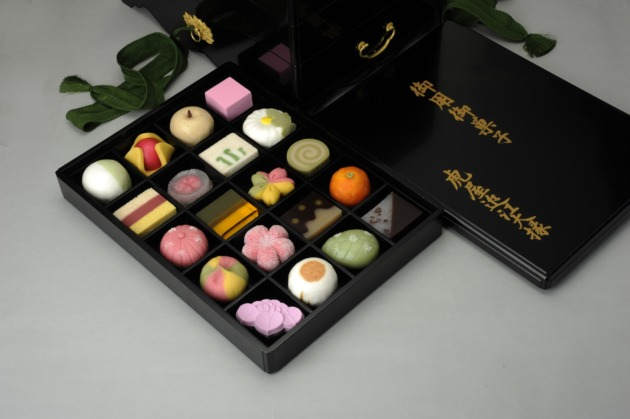黒の重箱に色鮮やかな和菓子が映える