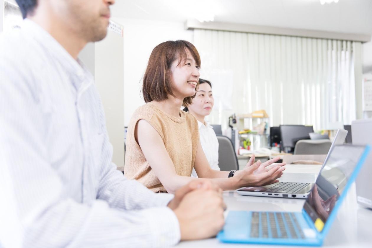 粟村の左右は2人のAARスタッフが座っている。ノートパソコンをひらき会議で話している