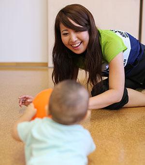 赤ちゃんと鎌田が向き合って楽しそうに過ごしている