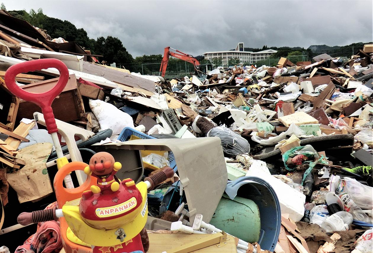 家具や子どもの遊び道具など多くの家財が瓦礫の山のように積み上がっている