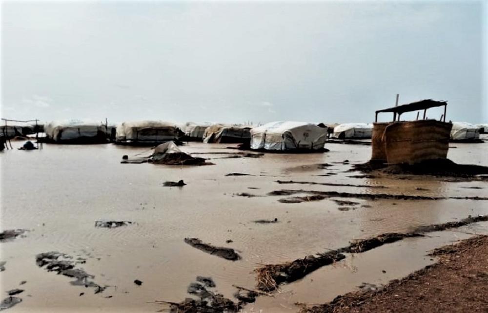 一帯が水浸しで泥も混ざり、徒歩などでの移動のしにくさがうかがえる