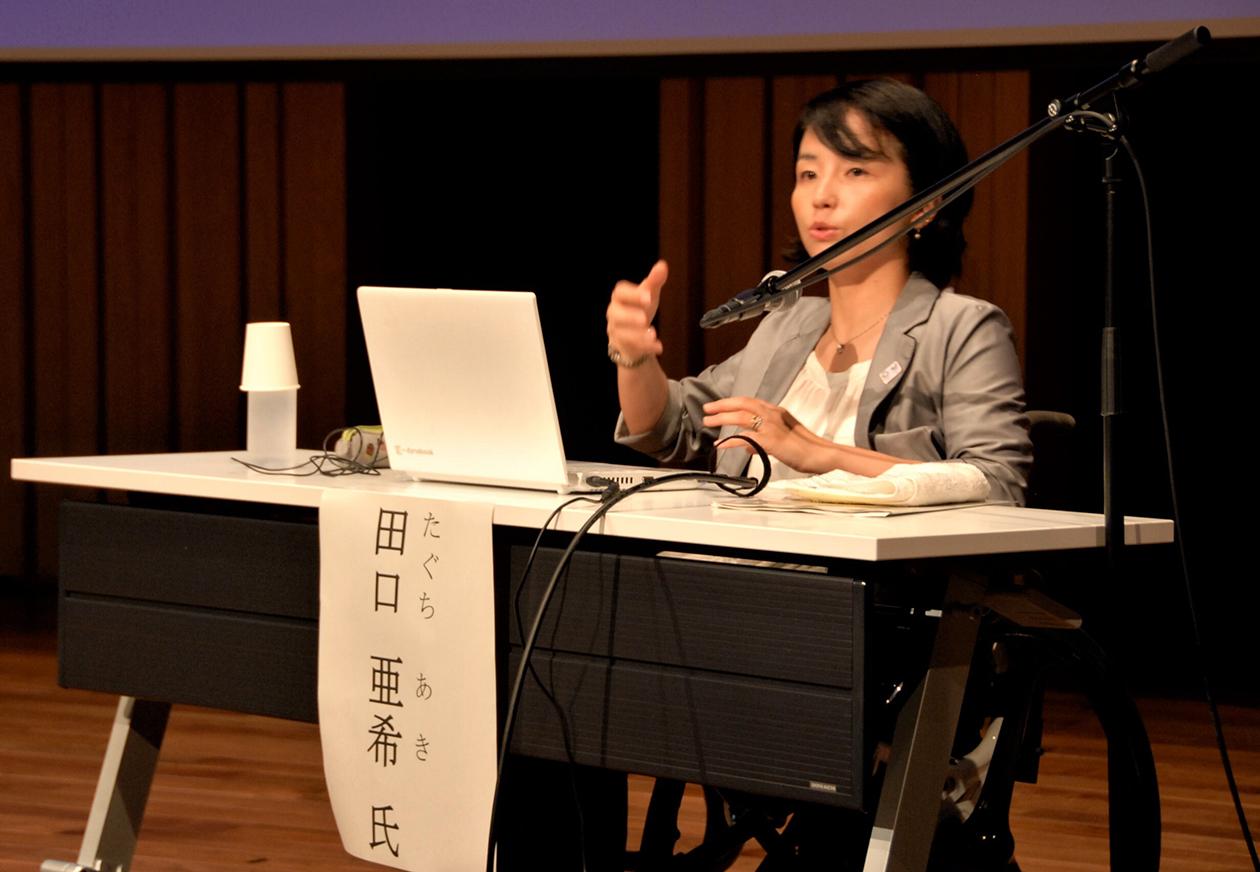 パソコンを用いながら講演をする田口さん