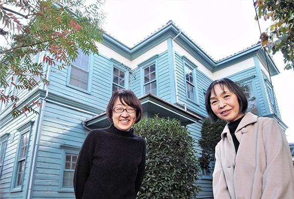 笑顔で洋館の前に立つ山下さんと笹生さん 洋館の周囲には木々が茂っており独特の雰囲気がある