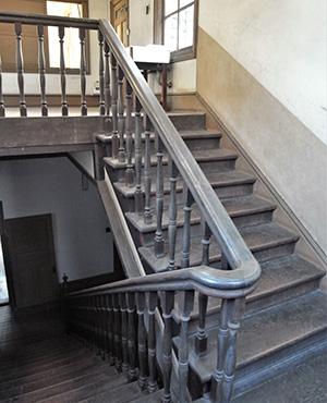 床や階段は木造 重厚感のある造り