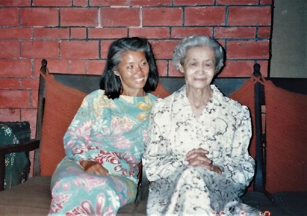 娘と母親が並んだ記念写真
