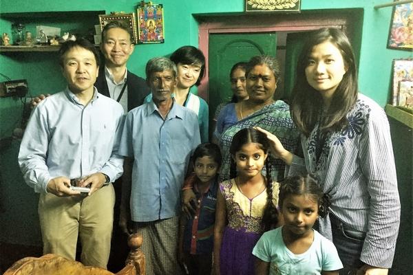 家の中で家族とともに撮影された記念写真