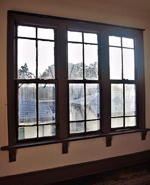 大きな窓は、窓枠が太くどっしりとしている