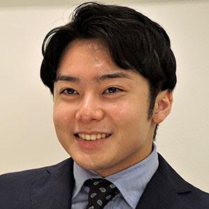 中村さんがインタビューに答えているシーン 少しはにかんでいる