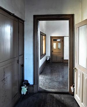 廊下の途中にはドアがある