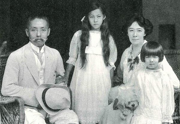 家族写真 尾崎行雄はスーツ姿にハット帽を手にしている 母と姉、本人も洋装でドレスを着飾っている
