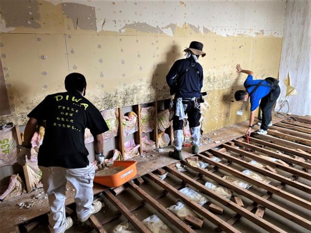 被災した施設の壁紙と床をはがす作業を行う