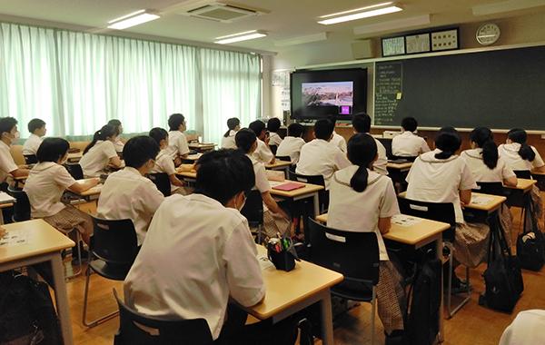 教室前方にあるモニターを真剣に見つめて話を聞く生徒たち