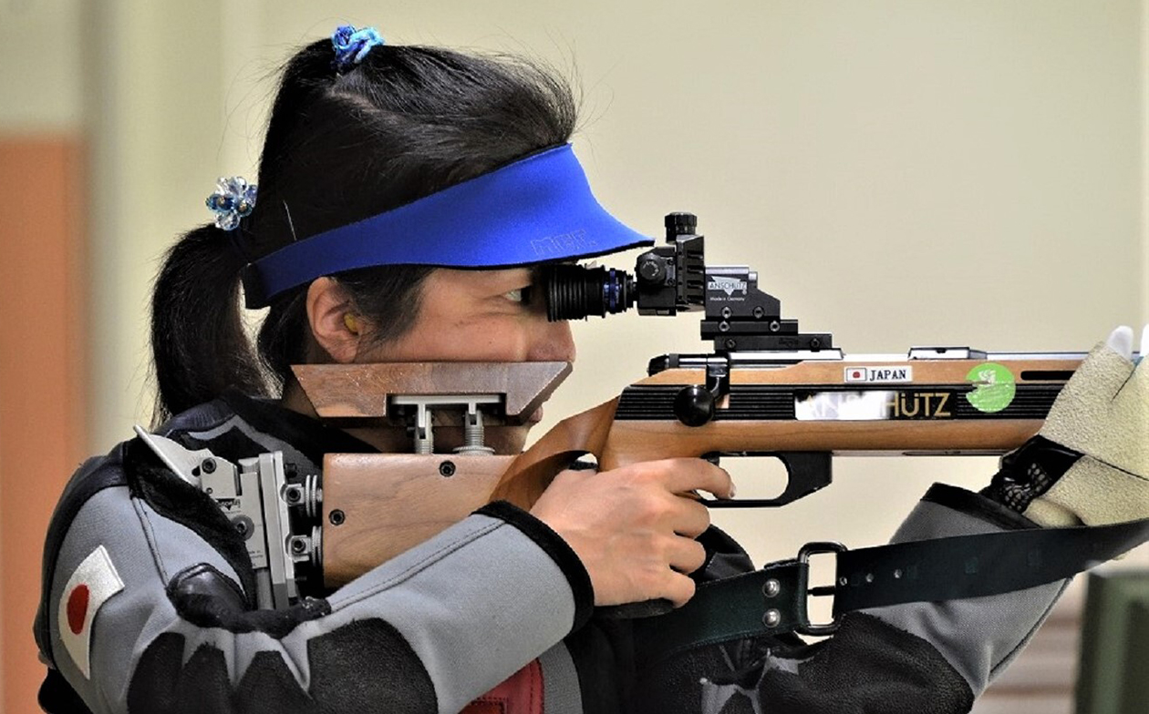 ピストル射撃を手に持ち集中して練習に取り組む田口さん