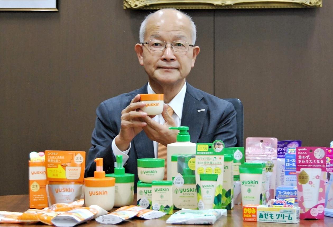 机上に多くの同社製品が並べられ、野渡社長もその近くにいる
