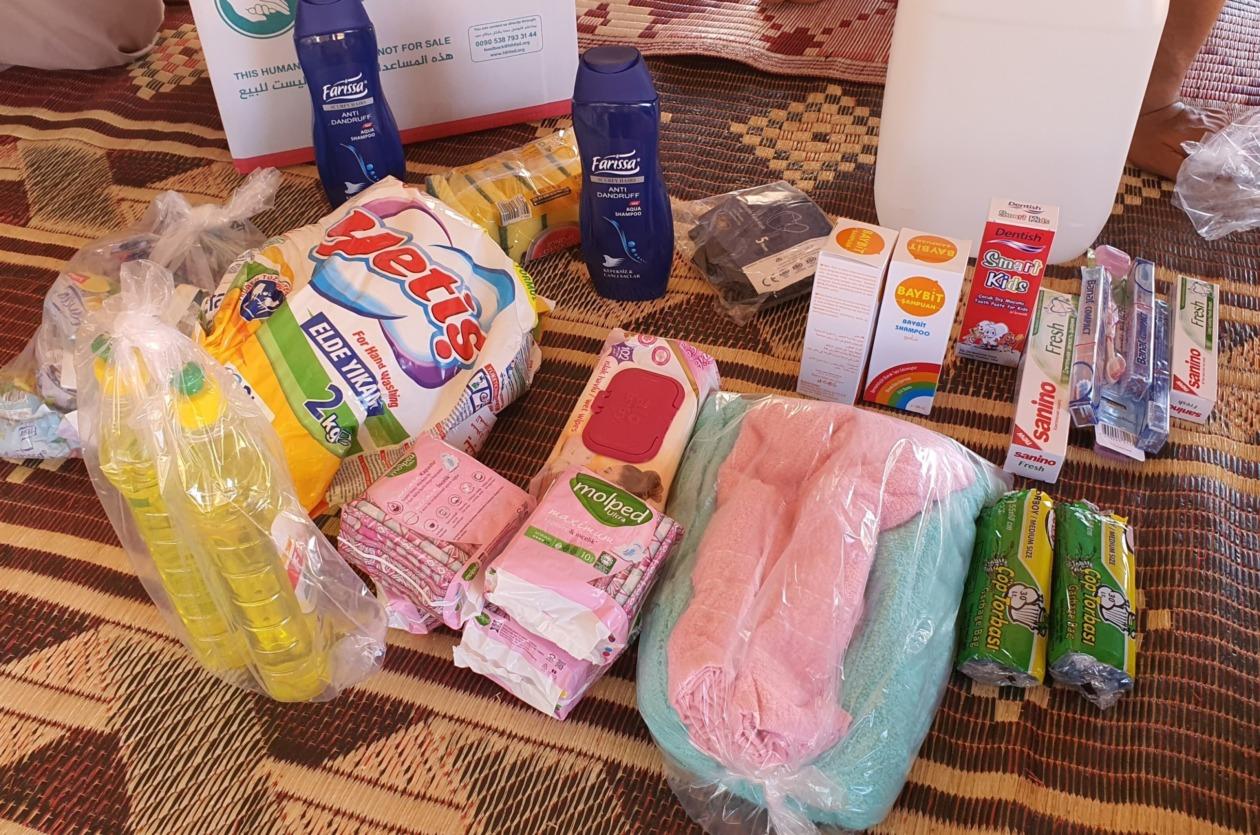 新しい石鹸や洗剤やタオルなどが並べられている
