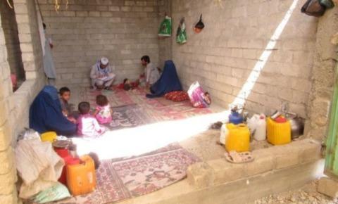 避難してきた家族が暮らす部屋。小さい子供が3人と大人が3人いる。荷物はほとんどない。