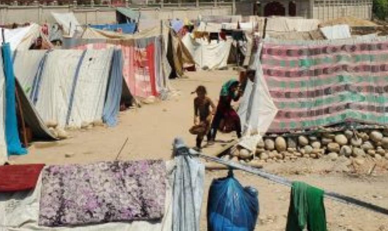 避難してきた人々がたてた簡易的なテントが立ち並ぶ。布やビニールが使われている